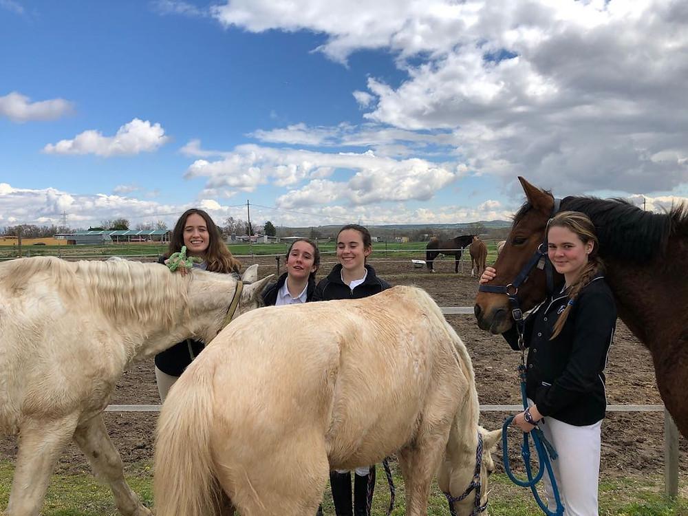 Carla, Emma, Paloma y Paula con sus caballos