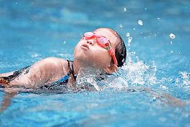 natation-enfant-apprentissage-nager-main