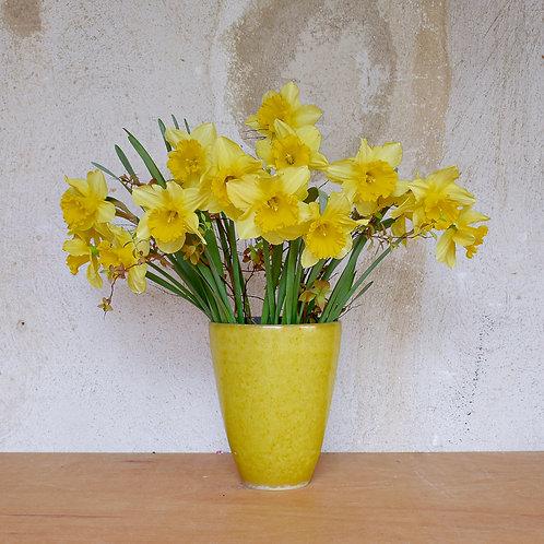 Žlutá kónická váza