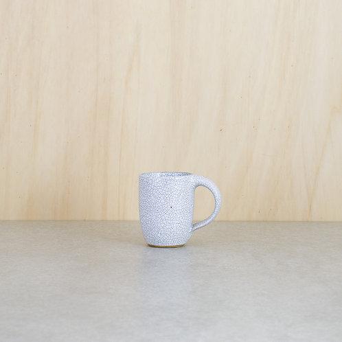 Bílý hrnek na espresso
