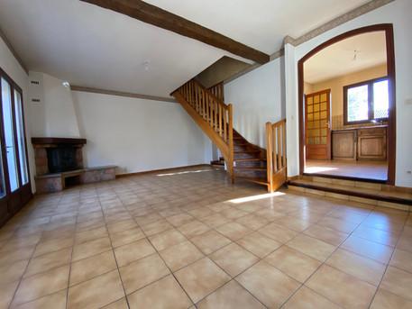 Salon et accès cuisine et accès étage