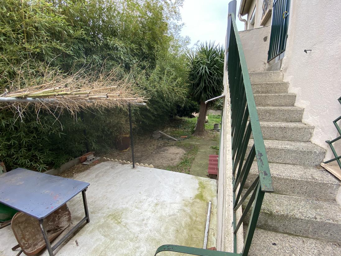 Espace BBQ et accès arrière Maison