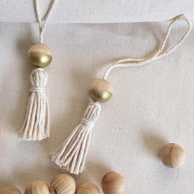 Bolas de algodón y madera