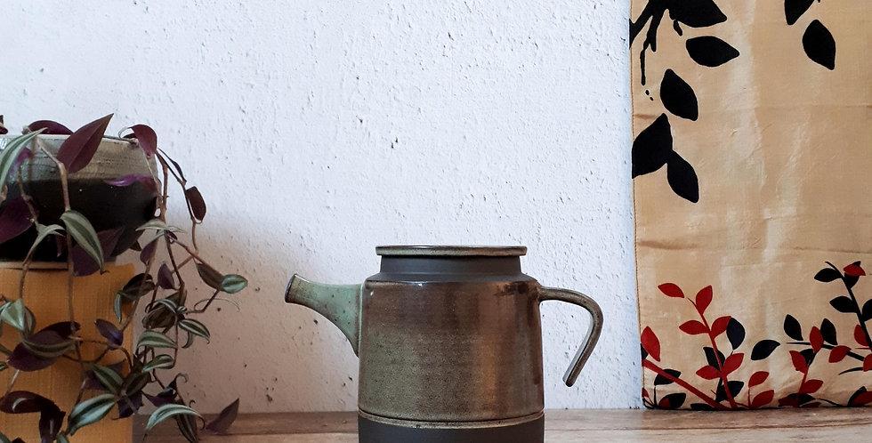 THEIERE | grès noir et émail vert feuille