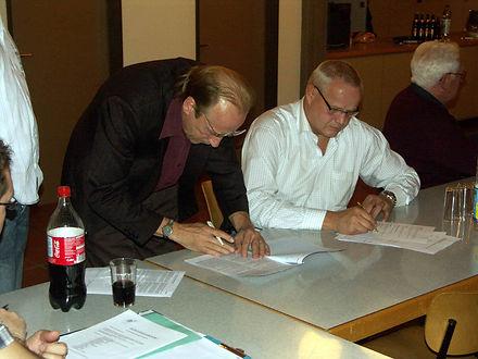 Ruedi Dürig, Präsident des SKL, und Thomas Lüpold, Vermieter, unterzeichnen den Mietvertrag für den neuen Schwingkeller