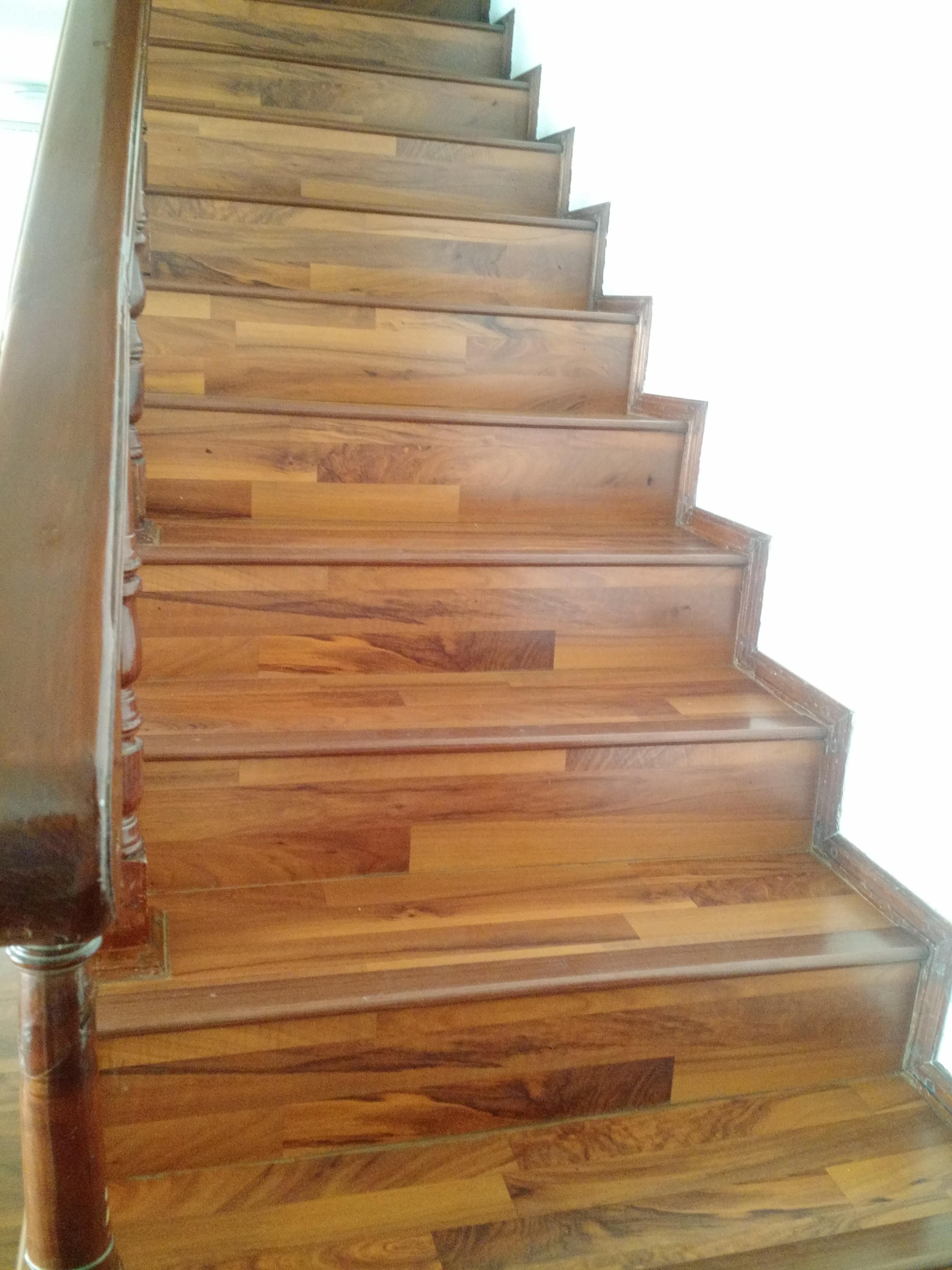 Piso laminado escalera