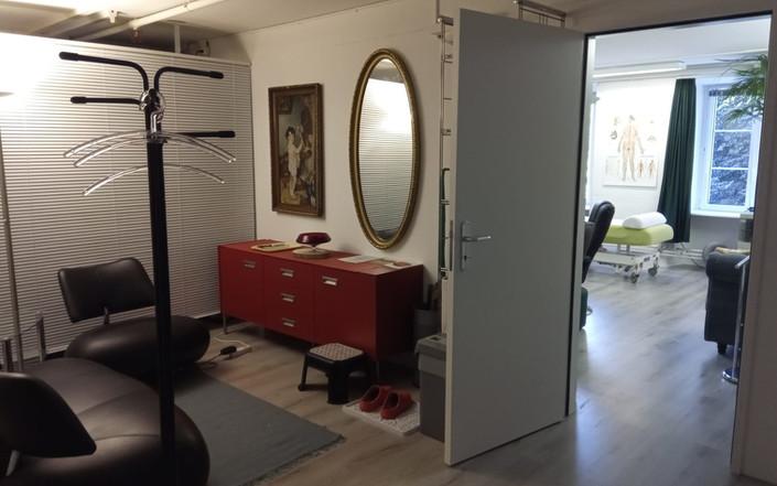 Praxis-Vorraum mit Garderobe