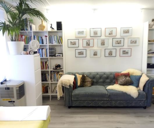 Die Bequeme Chesterfield-Lounge bietet Sitzgelegenheit für Partner oder Begleitperson
