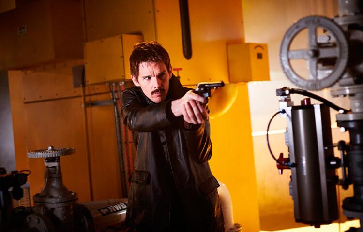 Protagonista Ethan Hawke em uma das cenas de ação do filme- otageek