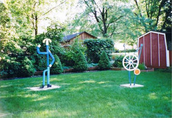 后院两个用废料做成的雕塑
