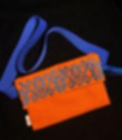 cangurera bordada azul y naranja.jpg