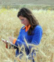 Ritratto di Carla La Placa nei campi di grano San Giovannello