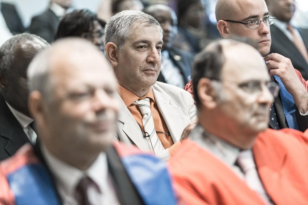 des personnalités de premier plan, et des professeurs lors de la cérémonie de remise des diplômes