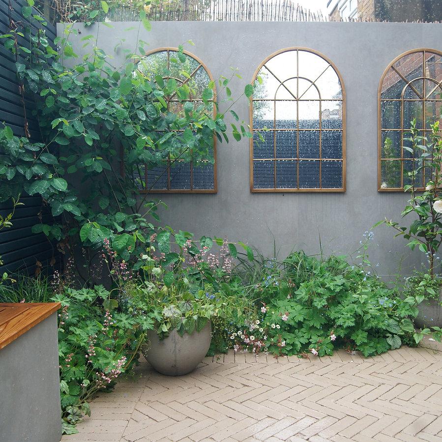Small verdant courtyard design