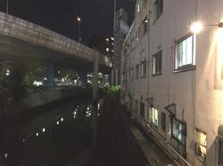 首都高速と神田川と店の裏