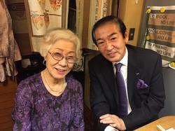 女将の姉、豊子さん(瓜二つ)と紳士井上さん。