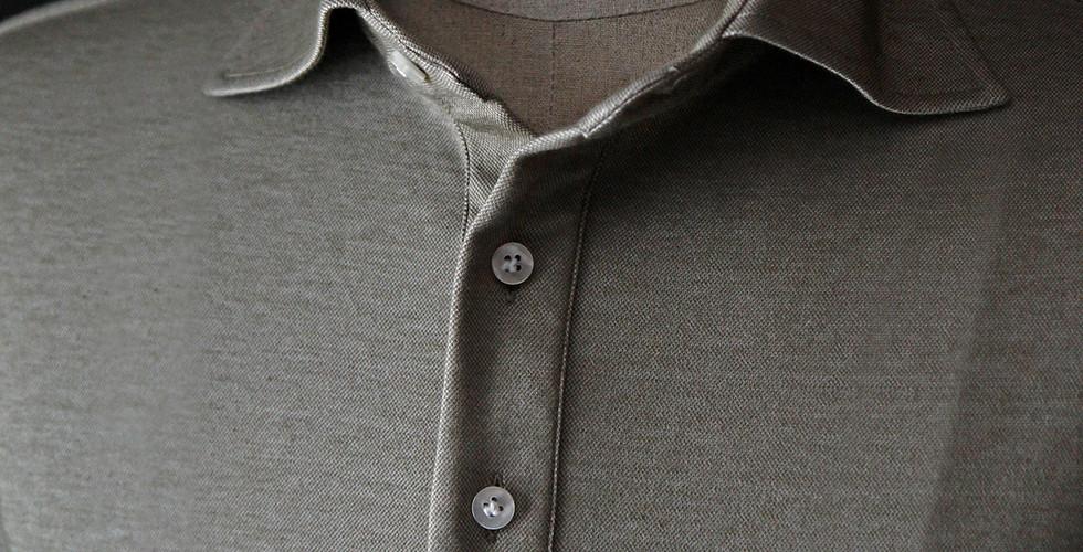 클래식한 폴로셔츠 디자인에서  부드럽게 어깨라인으로 넘어가는 깃과 단추 끝을 따라가다 보면 완벽한 마무리된 단, 감각스러운 테니스 폴로셔츠입니다 스포츠용으로 여러 브랜드에서 볼 수 있는 폴로셔츠는 레귤러핏 칼라를 기본으로 하지만 라이프 앤 스타일 무드가 녹아든 라바르카비스포크의 경쾌한 폴로셔츠입니다.