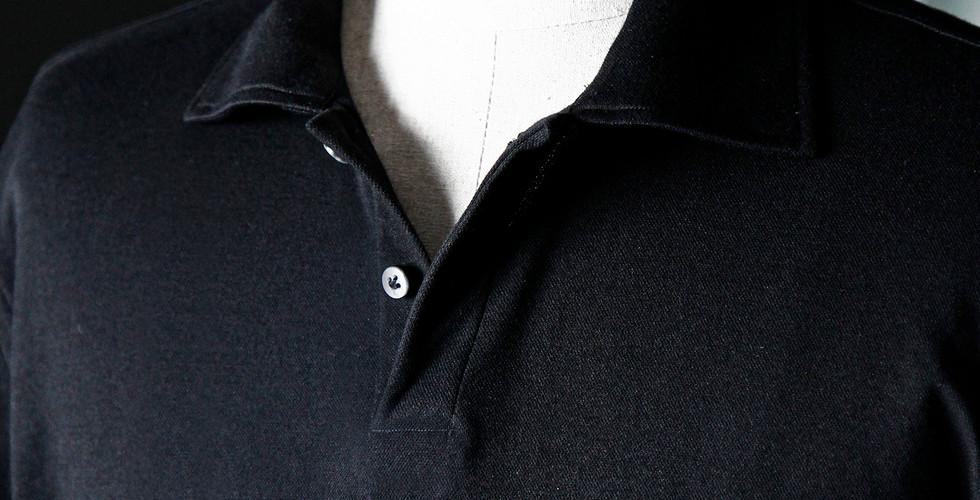 몸에 맞게, 슬림 하게 입는, 폴로셔츠는 많이 보았지만 흐르는 실루엣의 루즈한 핏의 싱글로 폴로셔츠입니다.  이름 그대로 단독으로 입기 좋으며 루즈한 포켓 커팅 디테일을 더해 다양한 방법으로 즐길 수 있습니다.