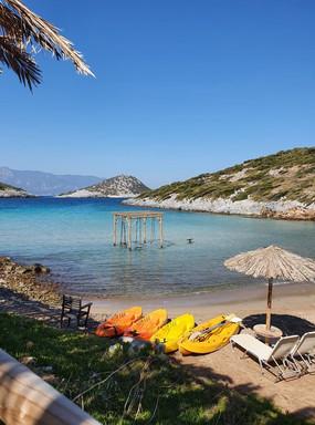 Het strandje Livadaki: Met een schommel in de zee en palmbomen om je heen.