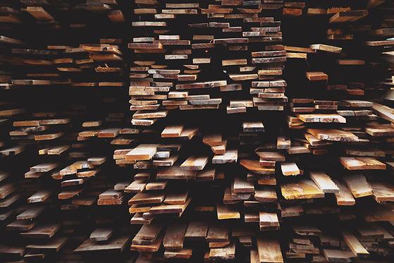 Holzlatten auf einem großen Stapel