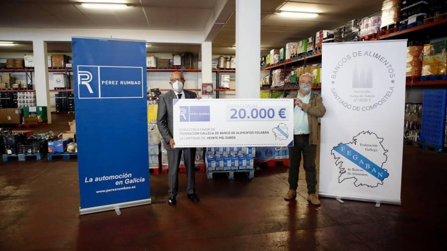 Emilio Pérez Nieto (izq) posa con el cheque junto a José Pita en el Banco de Alimentos