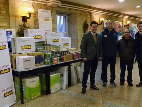Gadis e  Monbus Obra entregan 550 quilos de produtos ao Albergue Xoán XXIII