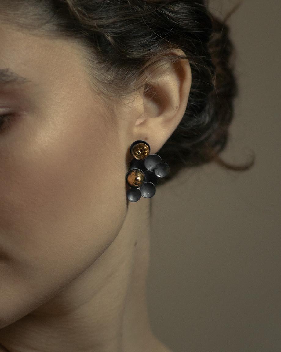 I gioielli in porcellana di Elisabetta Nevola sono arte da indossare e collezionare
