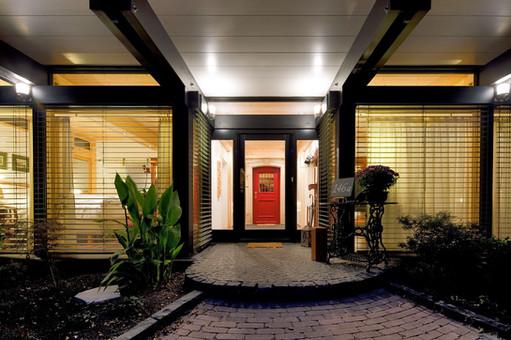 Дом с красной дверью