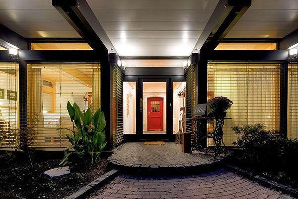 Haus mit roter Tür