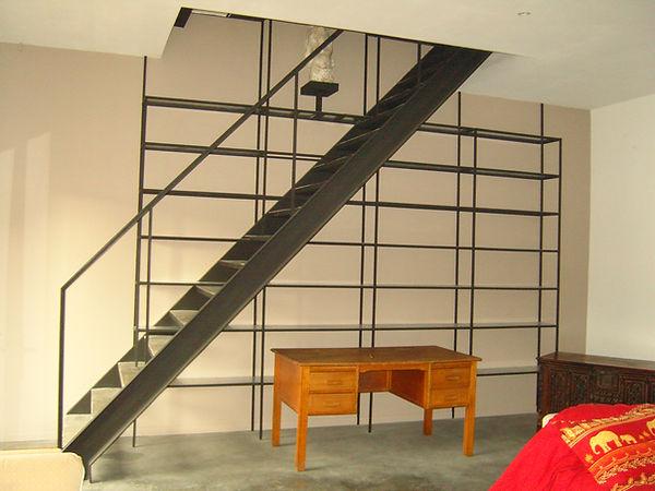 Escalier et bibliothèque en acier brut verni