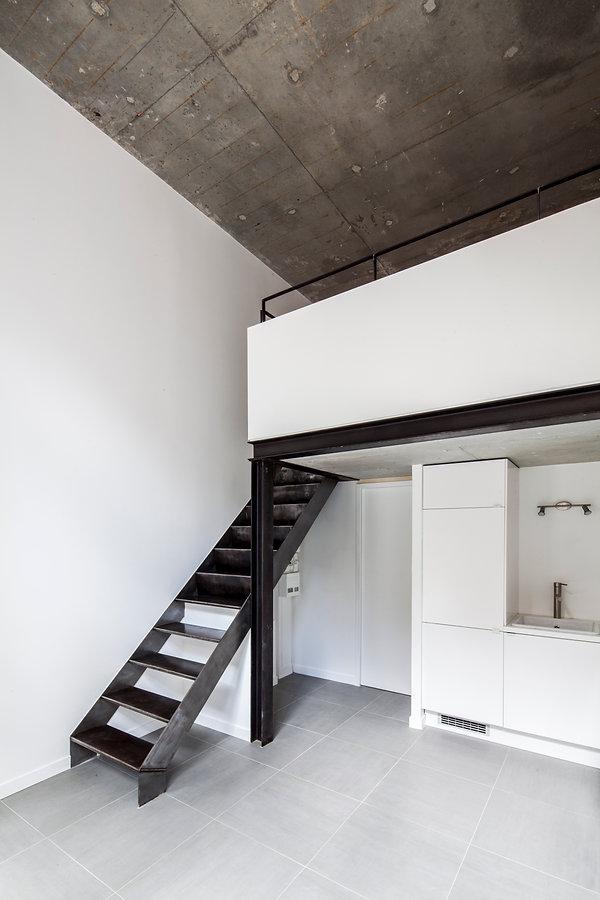 Mezzanine et escalier en acier brut verni