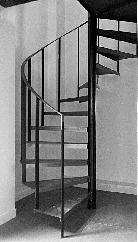 Escalier industriel en acier brut verni et rampe débillardée