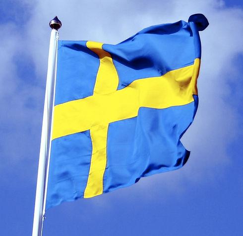 Swedish_flag_with_blue_sky_behind_aussch
