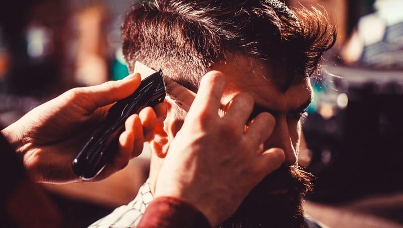 melhor barbearia para fazer cabelos e barbas à moda antiga