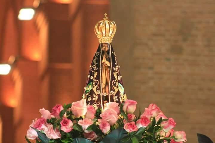 eis que sua coroa no céu desponta os homens se encantam as mulheres a admiram diante dela os anjos se prostram