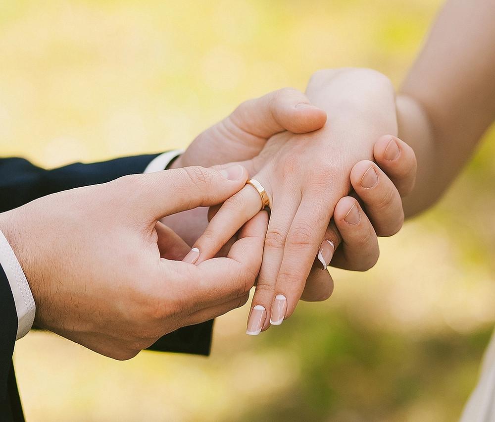 A vida matrimonial é fruto de uma promessa feita na liberdade entre duas pessoas que se amam.