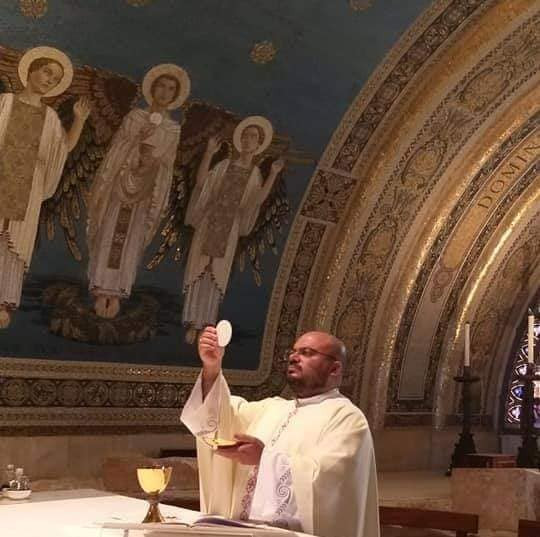 Momento da consagração durante a santa missa