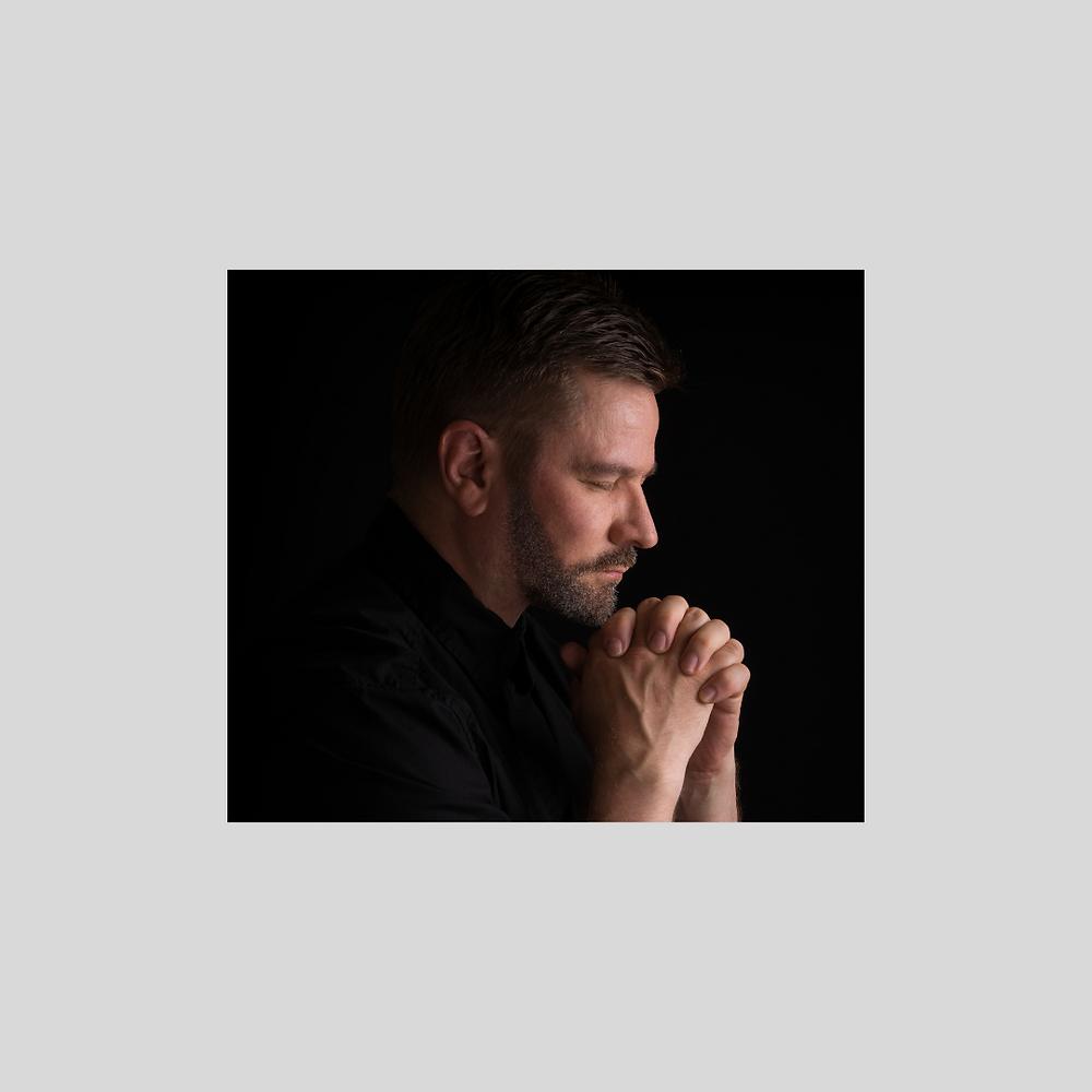 Foto de um homem em oração.