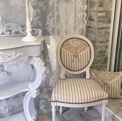 Chaise médaillon beige et blanche