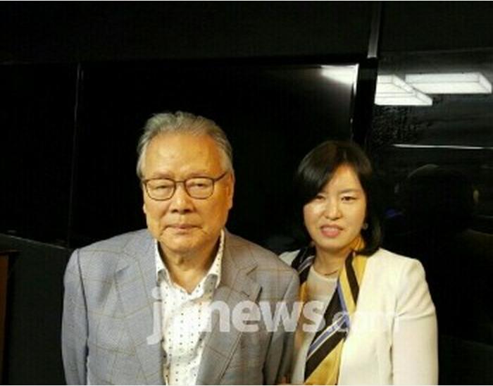 이어령 명예위원장(좌) 본사 문화부 송창희 기자(우).png