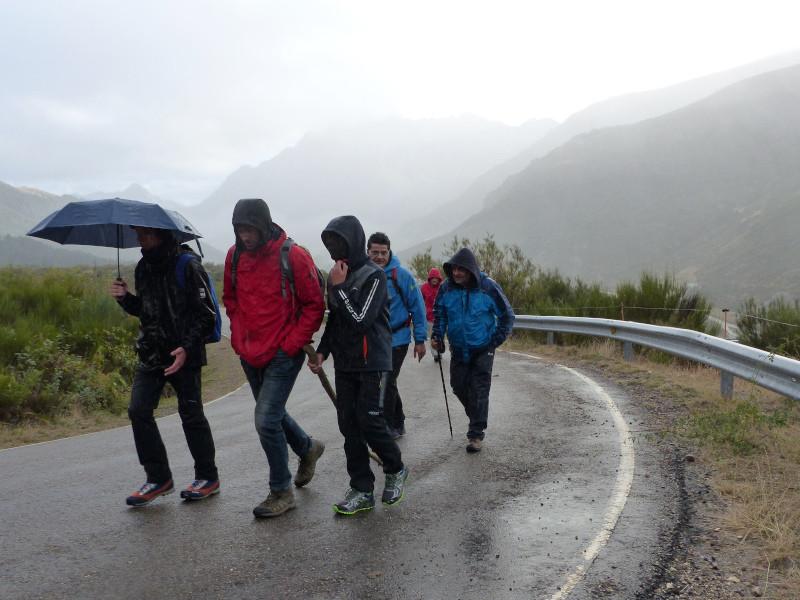 Por carretera lloviendo