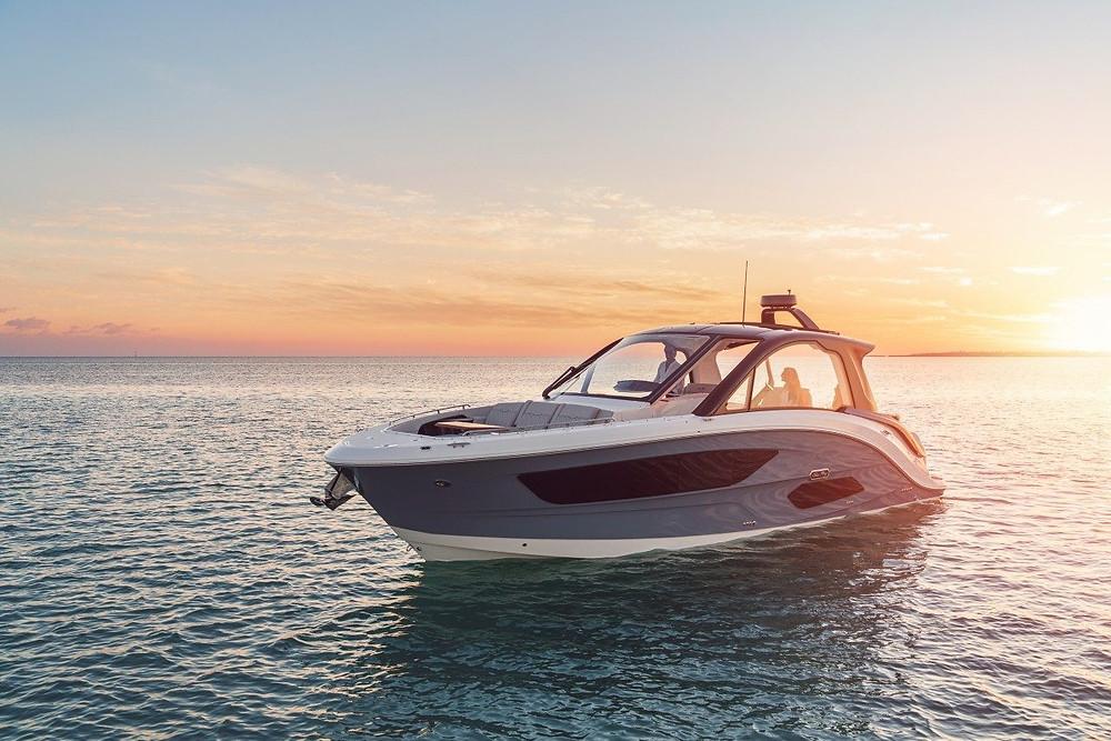 The 2021 Sea Ray Sundancer 370