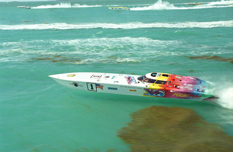 Fountain inXS raceboat