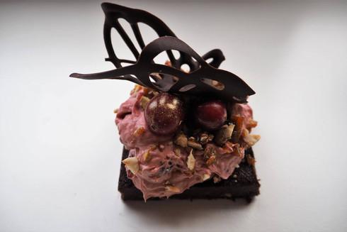 Šokolaadibrownie vaarikavahu ja karamellipähklitega