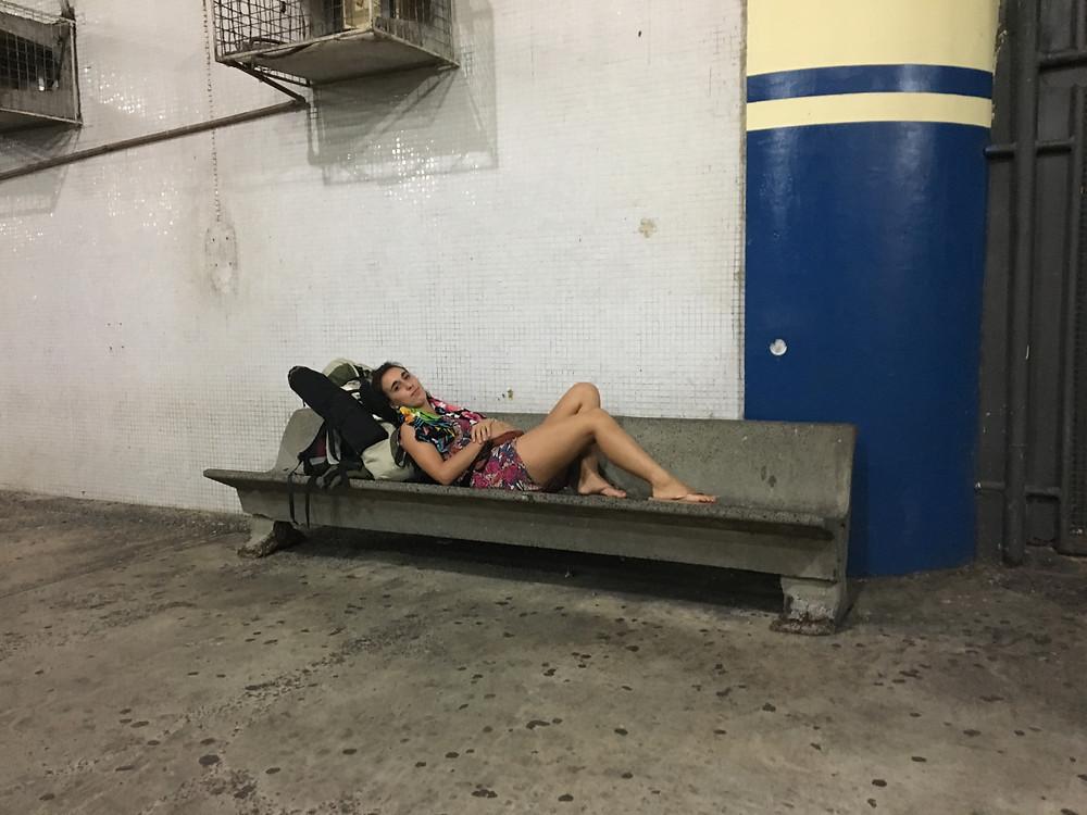 Esperando el colectivo que me llevó a Vale Do Capao