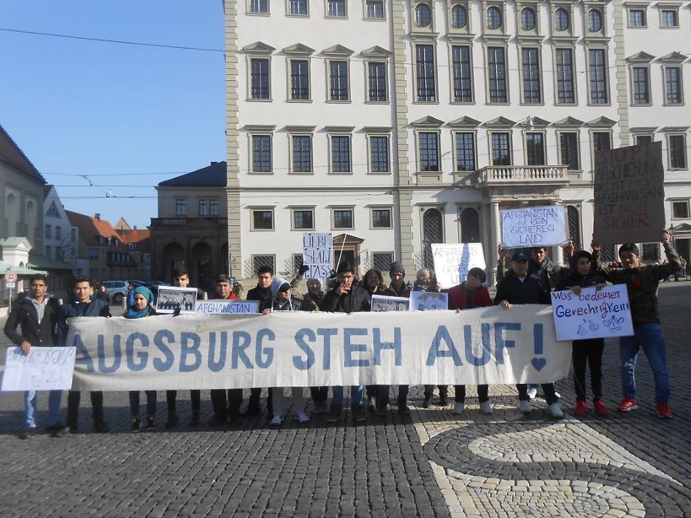 Am Ende des Marsches vor dem Augsburger Rathaus