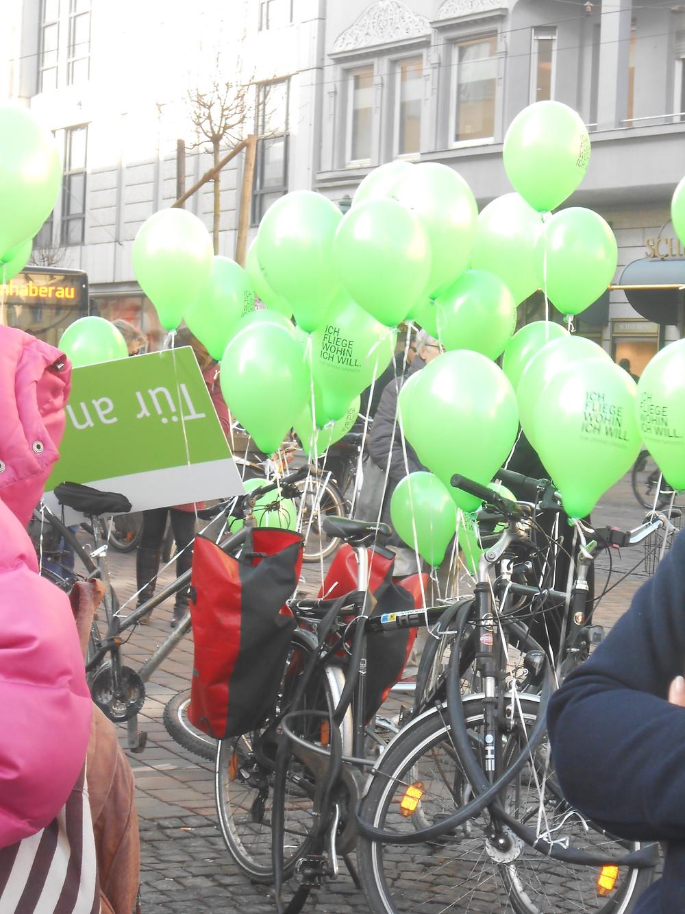 Am Rathausplatz wurden Luftballons symbolisch für eine Welt ohne Grenzen in den Himmel geschickt!