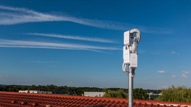 Die eigentlich Internetanbindung erfolgt durch einen TP-Link 941. Anschließend wird das Signal per LAN-Kabel an die 3 Ubiquiti Geräte gesendet. Außerdem wurden mehrere Antennen und ein Switch eingesetzt.