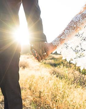 mains tenant,  le grenier des talents, wedding planner, organisateur de mariage, décoration de mariage, wedding planner, le grenier des talents, organisateur de mariage, mariage, organisation, wedding, beau, rennes, france, couple, mariés, mariée, marié, amour,