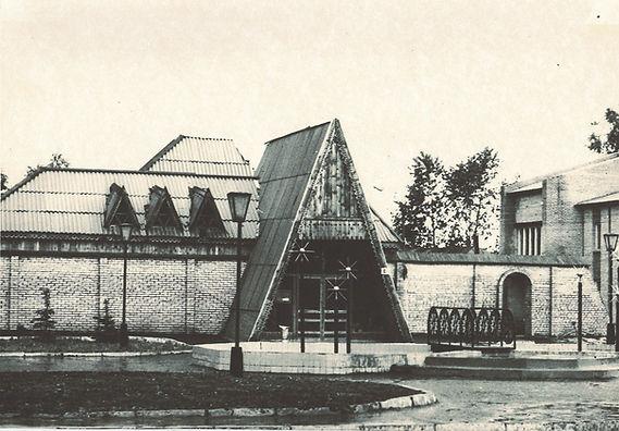 музей старый с фонтаном.jpg